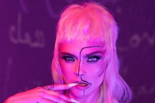 """Cara Delevingne """"imita"""" Rihanna: alla sfilata del suo brand di intimo sfoggia il mullet cut"""