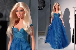 Claudia Schiffer diventa una Barbie: la bambola della top sfoggia il look iconico degli anni '90