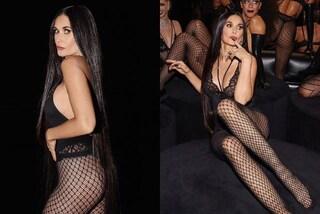 Demi Moore in lingerie e calze a rete: a 57 anni diventa modella ed è più sexy che mai