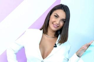 Elettra Lamborghini a Verissimo racconta il matrimonio con indosso tuta bianca e orecchini griffati