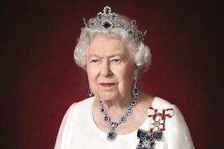 Elisabetta II, il nuovo ritratto ufficiale: la tiara di zaffiri ha un profondo significato simbolico