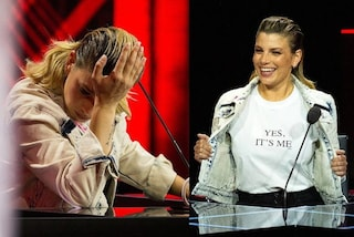 Emma Marrone a X-Factor 2020, puntata 5 in denim e pantaloni a zampa: la t-shirt supera i 100 euro