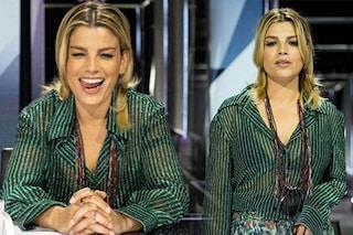 """X-Factor 2020, il dettaglio del look di Emma Marrone: la mini """"borsa da collo"""" costa più di 200 euro"""
