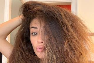 """Giorgia Palmas senza trucco mostra i capelli """"al naturale"""": sono voluminosi e ribelli"""