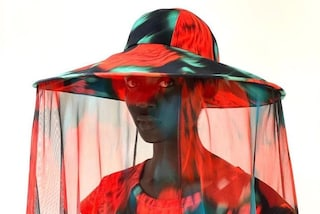 """Kenzo, a Parigi sfilano i cappelli zanzariera: sono il simbolo di un mondo """"malato"""""""