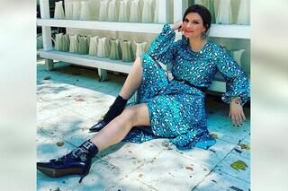 Laura Pausini con l'abito animalier e i tacchi kitten: lancia l'abbinamento più trendy dell'autunno