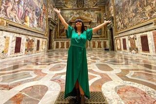 """L'Estetista Cinica posa nella Cappella Sistina, è polemica: """"Un'estetista non può andare al museo?"""""""