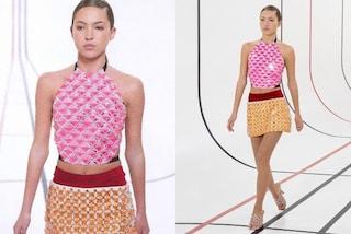 Lila Moss debutta in passerella: la figlia di Kate è la star della Paris Fashion Week