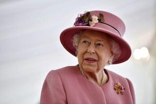 La prima apparizione della regina Elisabetta II dopo il lockdown con look rosa e senza mascherina