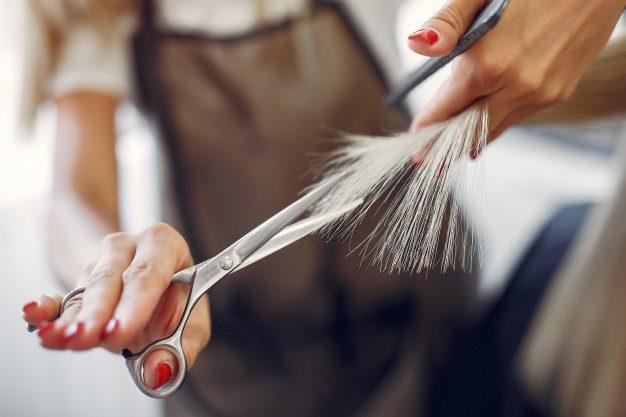 tagliare spesso i capelli li fa crescere