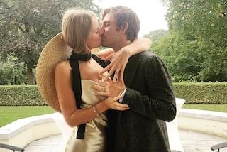 Toni Garrn, il matrimonio con Alex Pettyfer: la sposa abbina l'abito oro al maxi cappello di paglia