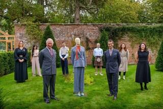 Il principe Carlo debutta nella moda, lancia una collezione sostenibile di abiti di lusso