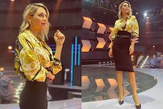 Anna Tatangelo, debutto griffato ad All Together Now: il look con gonna e camicia vale 2mila euro