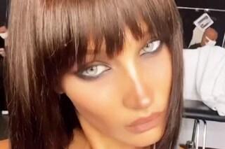 """Bella Hadid lancia il trend del caschetto scalato con frangia: il cambio look nasconde un """"trucco"""""""