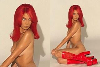 Bella Hadid in topless è più sexy che mai: abbina la parrucca rossa ai maxi stivali di vernice