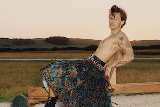Harry Styles primo uomo sulla copertina di Vogue: in posa con la gonna per una moda senza genere