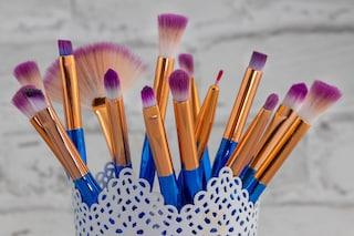 Lavare regolarmente i pennelli per il trucco riduce il rischio di infezioni e acne