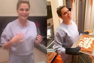 Simona Ventura senza trucco e con la tuta: con il look da casa si dà alla cucina