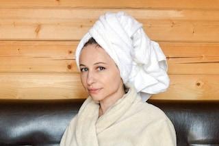 Avvolgere i capelli nell'asciugamano dopo lo shampoo: perché bisogna evitare di farlo