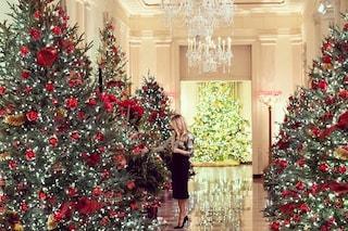 Melania Trump, ultimo Natale alla Casa Bianca: addobbi bianchi e rossi per omaggiare l'America