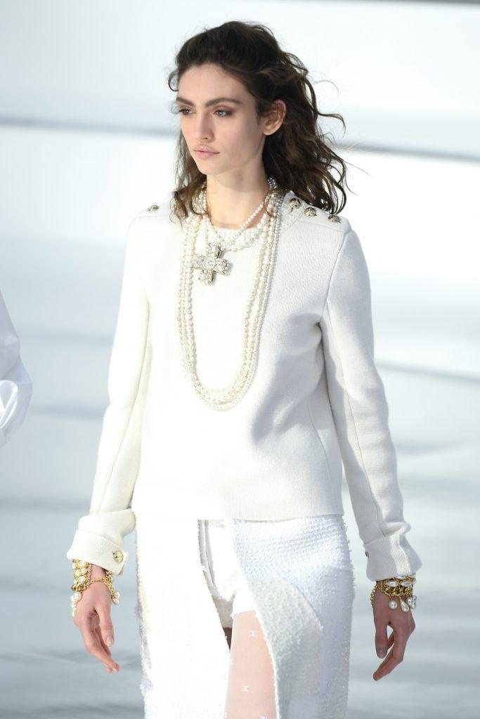 Una modella di Chanel in passerella con le perle