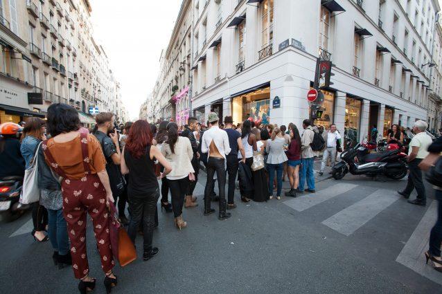 Clienti in fila per entrare da Colette durante la settimana della moda 2012