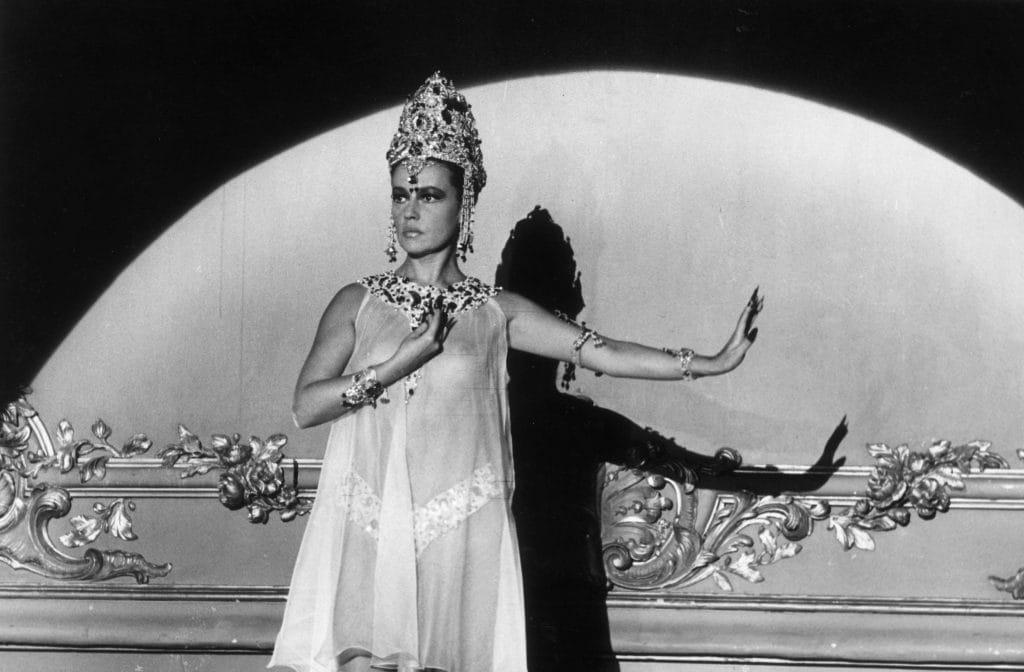 """Jeanne Moreau nel film """"Mata Hari, Agent H 21"""" con i costumi disegnati da Pierre Cardin"""