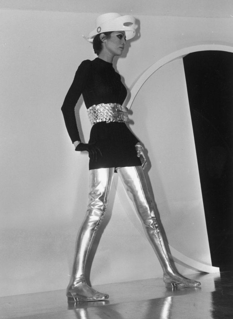 Una modella indossa gli abiti disegnati da Cardin nel 1968