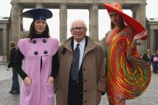 Pierre Cardin, lo stilista che cambiò le regole dell'alta moda vendendo ai grandi magazzini