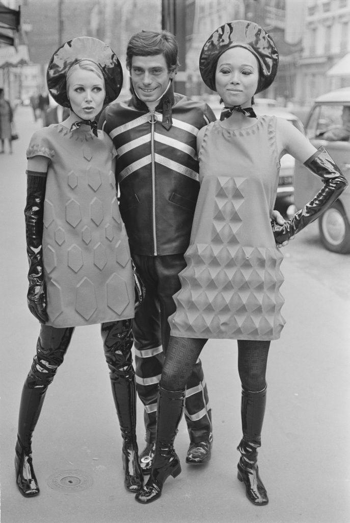 I vestiti tridimensionali di Pierre Cardin in uno scatto del 1968