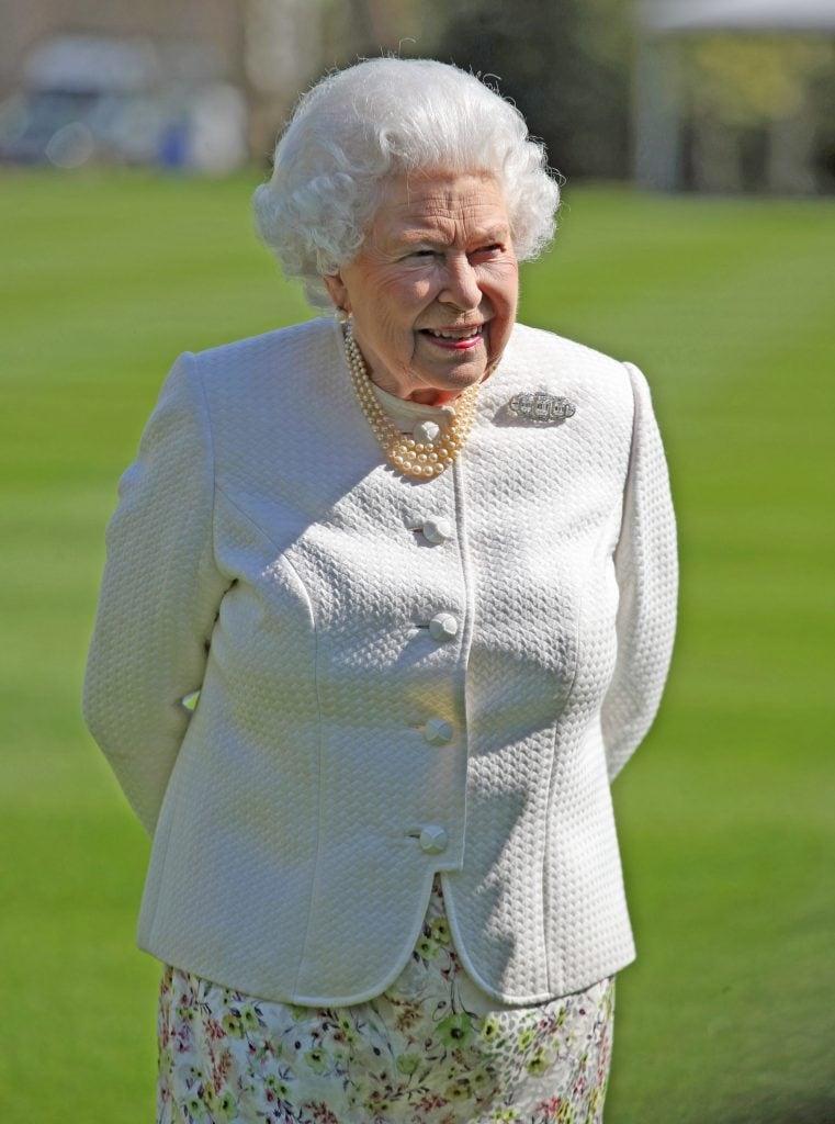 La Regina Elisabetta con l'immancabile triplo giro di perle