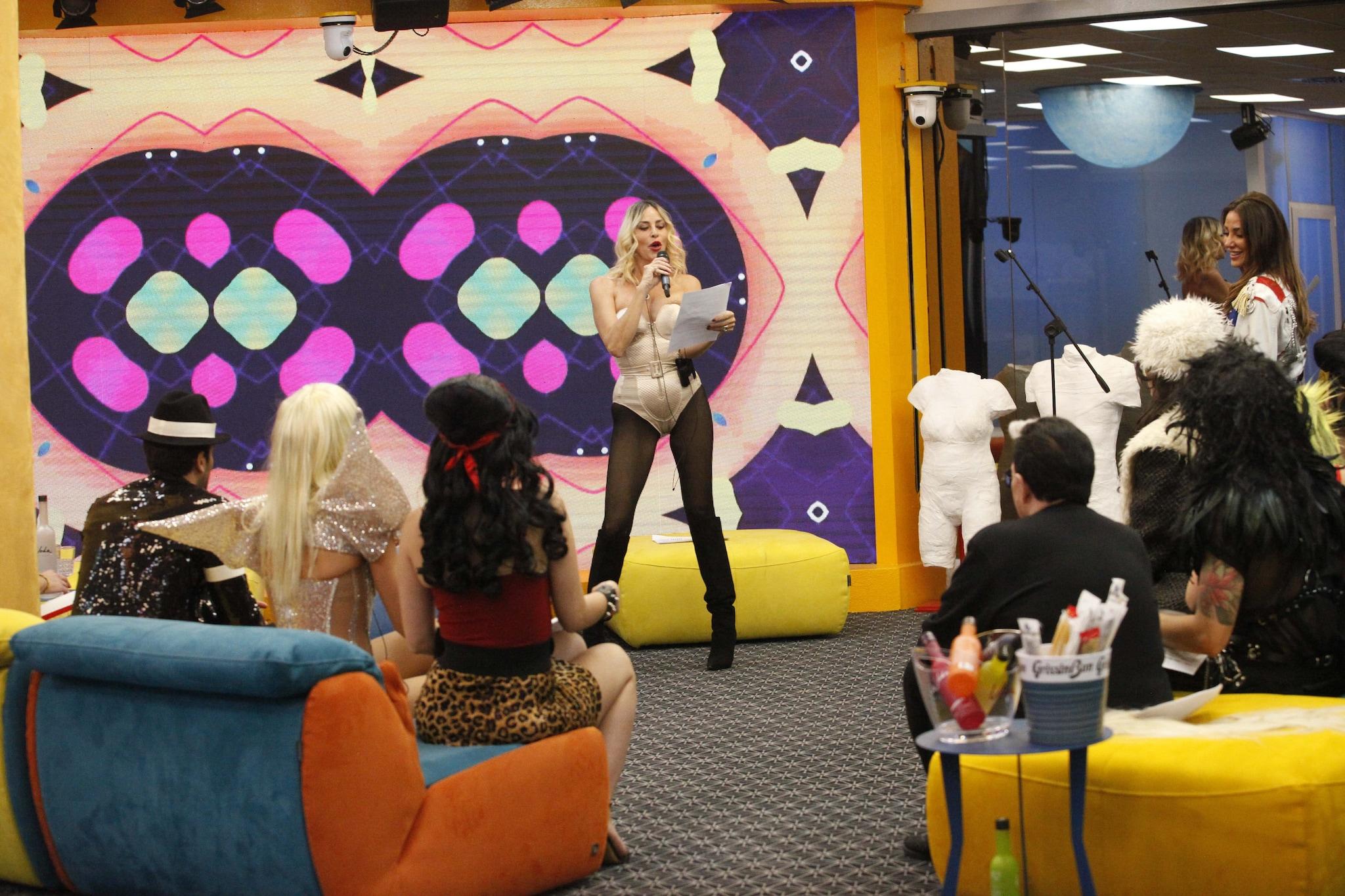Stefania Orlando veste in panni di Madonna