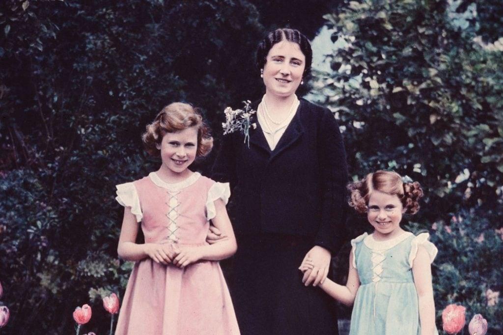 Elisabetta II da bambina insieme alla sorella Margaret