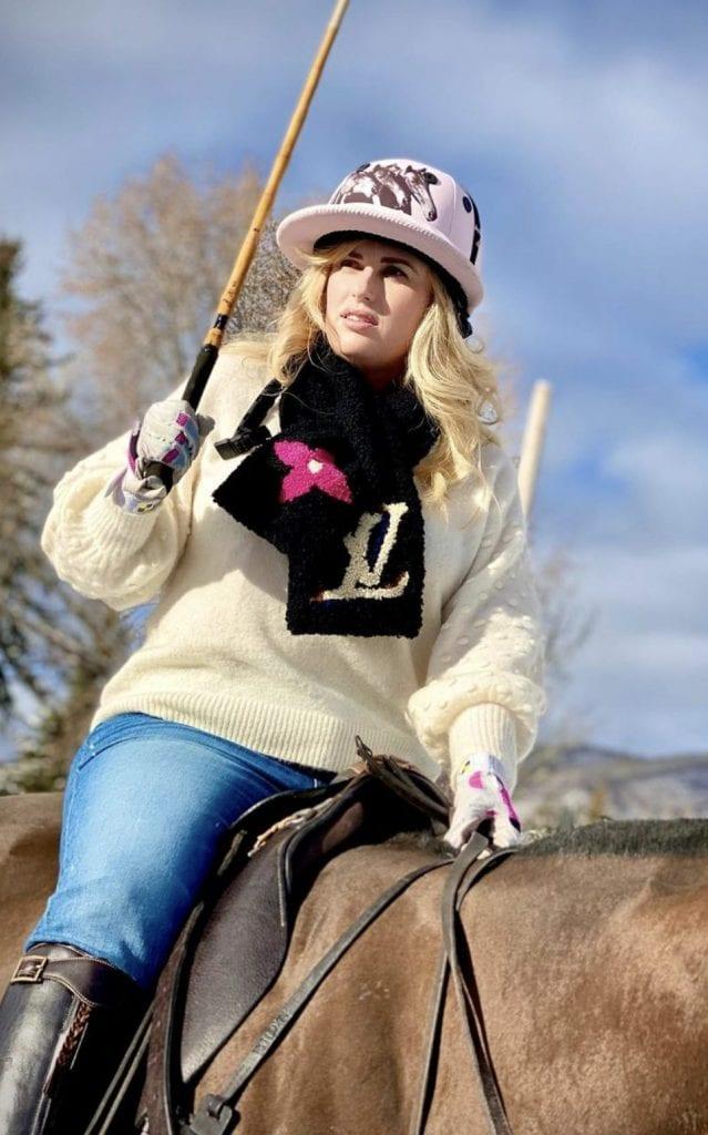 Rebel Wilson ad Aspen con la sciarpa Louis Vuitton