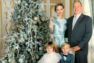 Natale 2020, la cartolina dei reali di Monaco: Gabriella imita Charlene, Jacques indossa il papillon