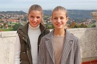 Leonor e Sofia di Spagna sulla cartolina di Natale 2020: le principesse prendono il posto di Letizia