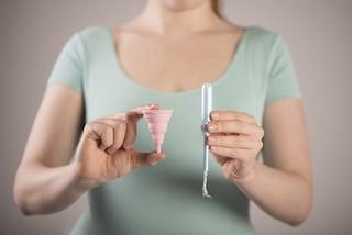 Quante tonnellate di assorbenti consumiamo e quanto costano? Ecco perché usare la coppetta mestruale