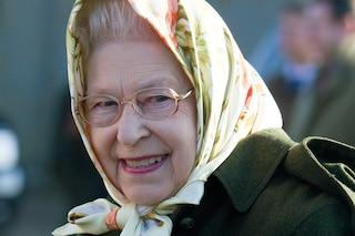 Elisabetta II non rinuncia al foulard: molto più di un accessorio, serve a comunicare il suo umore
