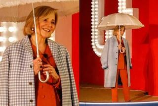GF Vip 2020, la mamma di Tommaso Zorzi veste griffata: il suo cappotto a quadretti spopola sul web