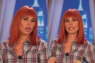 Ilary Blasi, il cambio look è drastico: ritorna alle parrucche col caschetto rosso con frangia