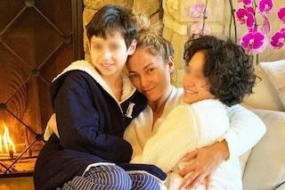 J.Lo mamma senza trucco: nella dolce foto con i figli si mostra in versione casalinga