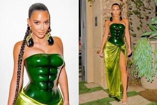 Kim Kardashian, per Natale niente look a tema: il suo abito ha gli addominali scolpiti incorporati
