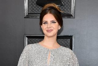 Lana Del Rey in shorts vittima dell'ennesimo bodyshaming di cattivo gusto: paragonata a un cotechino