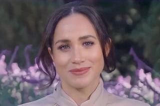 """Meghan Markle con il rossetto fucsia: l'inedito make-up colorato """"proibito"""" dall'etichetta reale"""