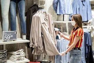"""Shopping di Natale, il virologo Pregliasco: """"I vestiti non sono un rischio, ma va evitata la folla"""""""