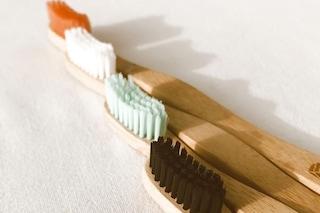 Spazzolini di bambù, perché usarli e i consigli per riciclarli