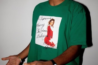"Supreme, la t-shirt da avere a Natale è dedicata a Mariah Carey in ""All I want for Christmas is you"""