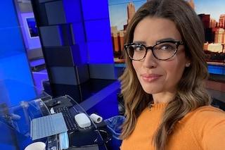 In diretta con gli occhiali anche se non le servono: il gesto della conduttrice è contro il bullismo