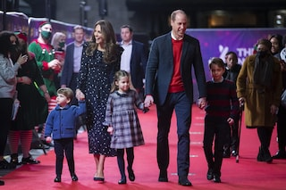 Kate e William sfilano sul red carpet: per la prima volta con loro anche i tre principini