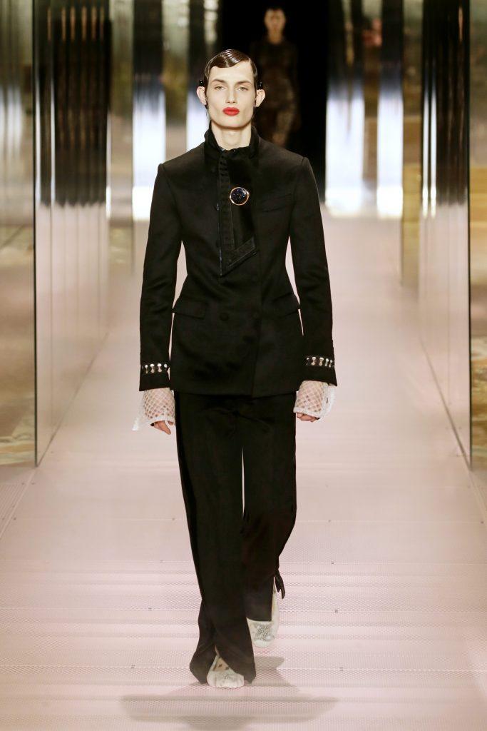Un modello sulla passerella Fendi Couture
